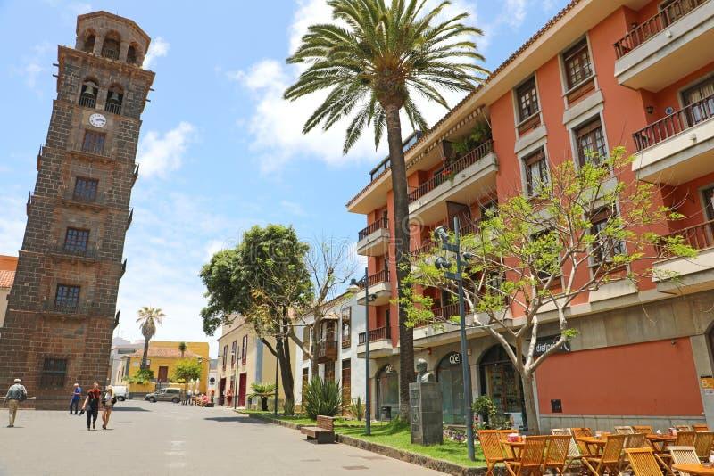 LA LAGUNA, SPANJE - JUNI 5, 2019 VAN SAN CRISTOBAL DE: Plaza DE La Concepción vierkant met de toren van de Kerk van Vlekkeloos stock fotografie