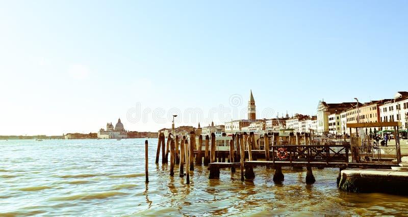 la lagune de Venise et à l'arrière-plan et à la tour de cloche de Piazza di San Marco photos stock