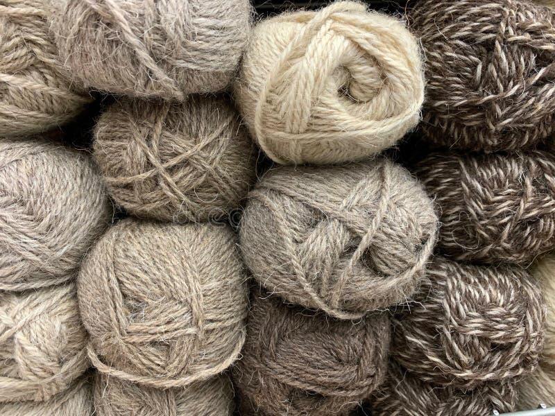 La laine brune des viandes des fils se situe admirablement dans le magasin images libres de droits
