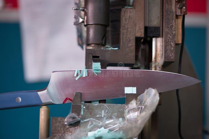 La lame de couteau faisant l'essai a coupé avec le papier sur des machines, fabriquant le plan rapproché photos libres de droits