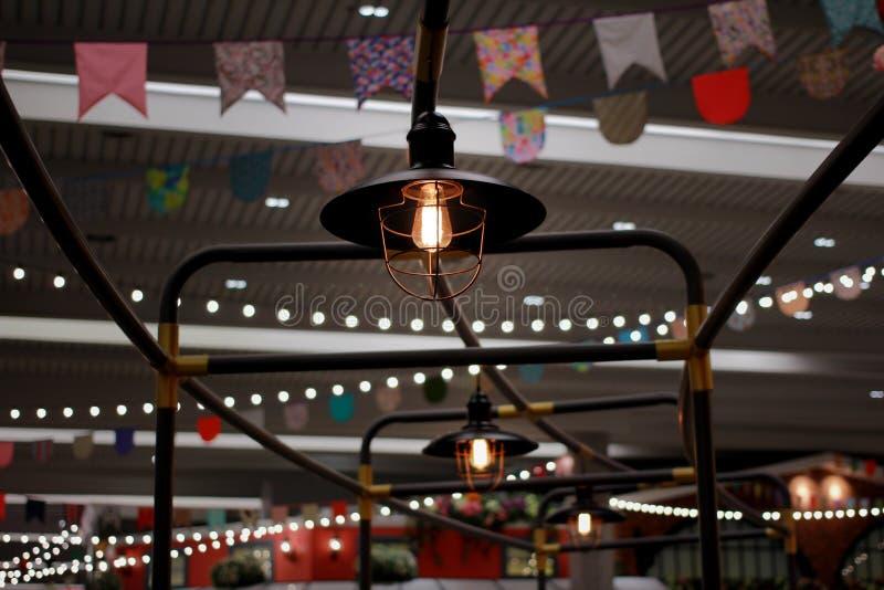 La lampada nel tradizionale sulle rotaie nell'area con la bandiera y fotografie stock libere da diritti