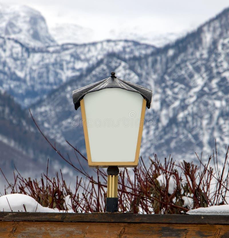 La lampada sotto le montagne fotografia stock libera da diritti