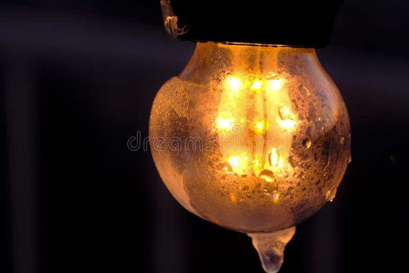 La lampadina congelata della via, riscalda in ghiaccio fotografia stock libera da diritti