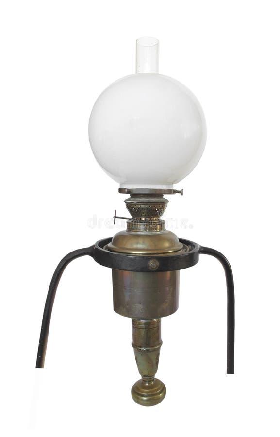 La lampe à pétrole en laiton antique de shipâs a isolé. photo stock