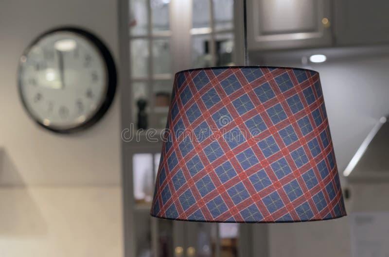 La lampe avec une nuance à carreaux de tissu à l'intérieur de la cuisine photos stock
