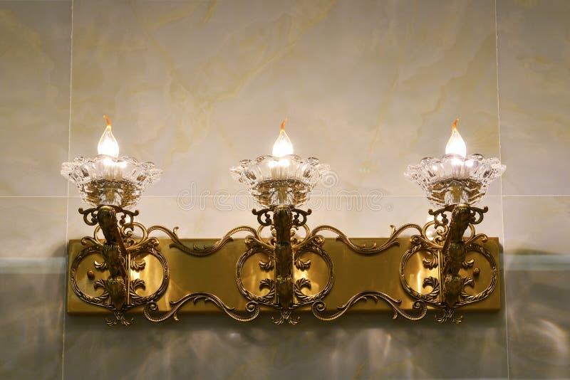 La lampe de mur en cristal de luxe est allumée par les ampoules de lampe menées photo stock