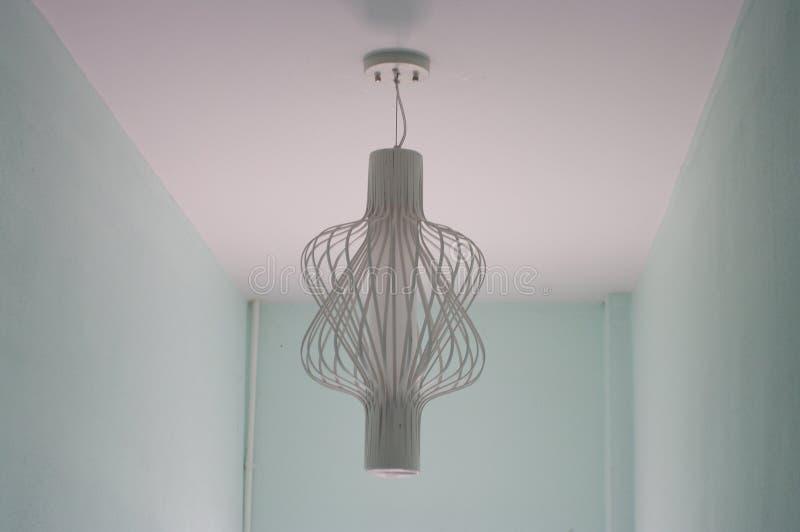 La lampe en spirale dans la chambre d'aqua photographie stock libre de droits