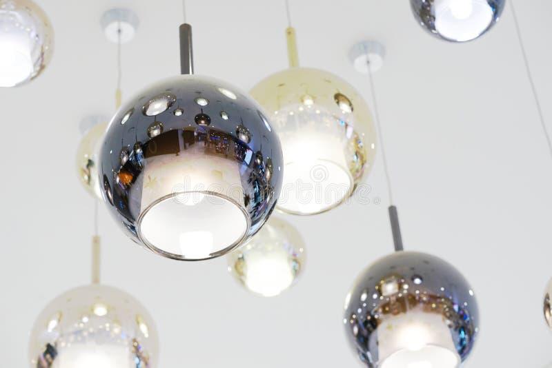 La lampe ronde sont accrochées sur le plafond image stock