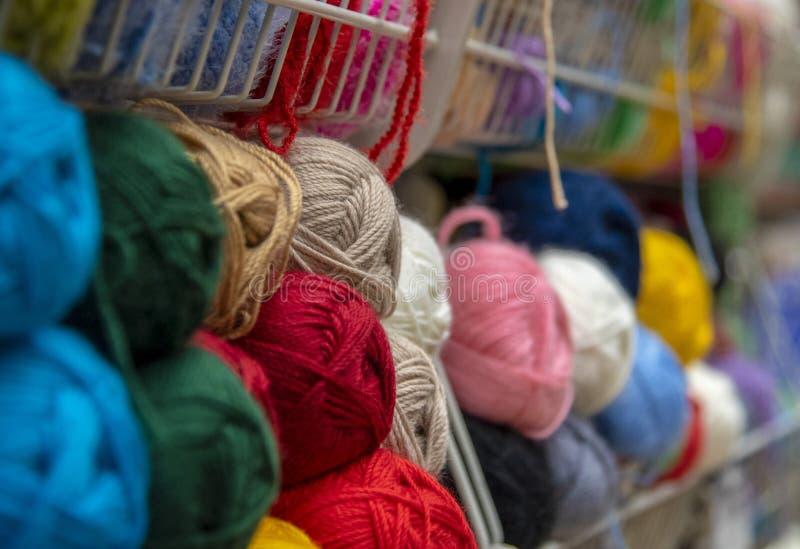 La lana colorata del filo capisce il contatore fotografie stock