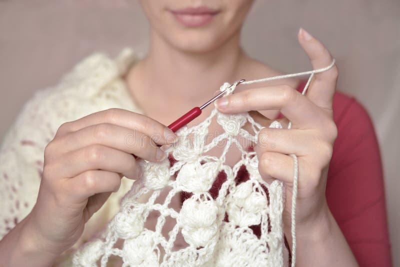 La lana del filato del centrino della coperta della donna dell'uncinetto tricotta immagine stock