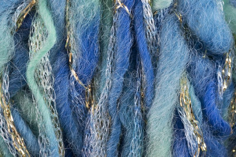 La lana verde y azul rosca con los hilos de oro y de plata fotografía de archivo libre de regalías