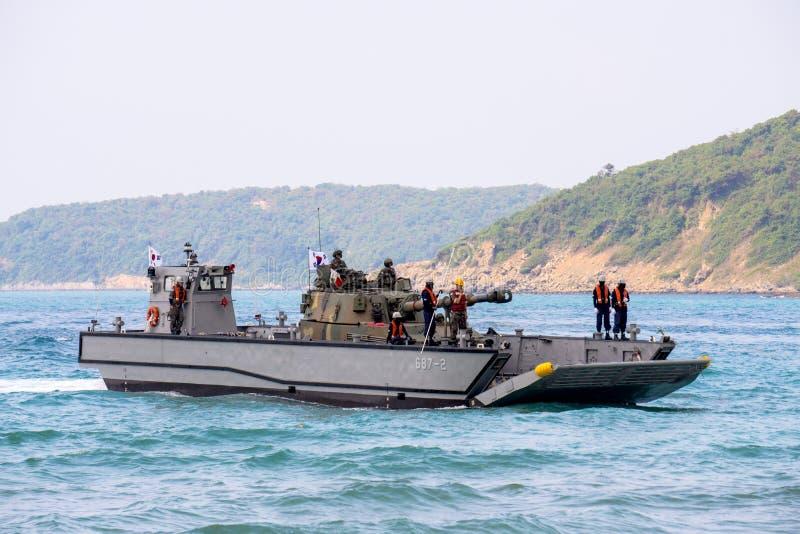 La lancha de desembarque mecanizada o LCM de la Corea del Sur lleva moreno ligero fotos de archivo