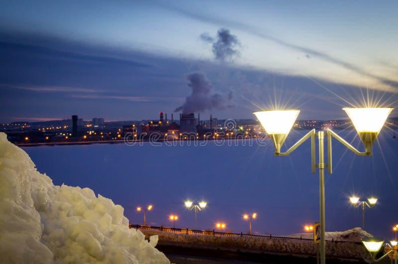 La lanterna accende la città di notte immagini stock libere da diritti