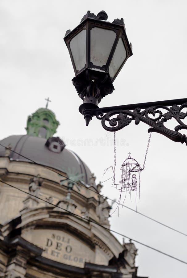 La lanterne de rue avec le métal handcraft et fond antique de cathédrale photographie stock libre de droits