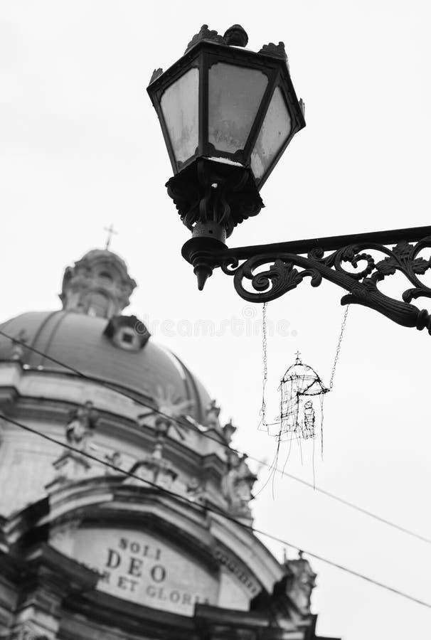 La lanterne de rue avec le métal handcraft et fond antique de cathédrale image stock