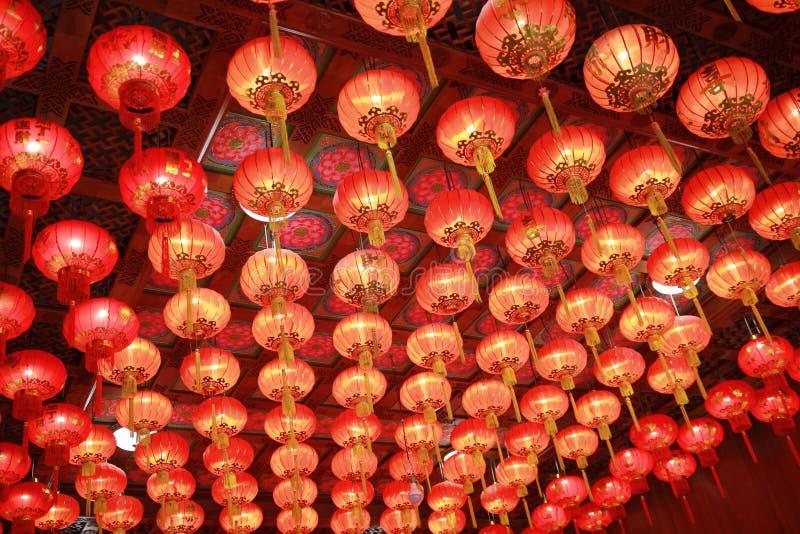 La lanterne rouge dans l'art chinois, bon accrocher sur le plafond dans le temple chinois images stock