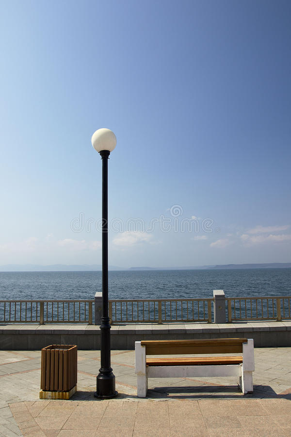 La lanterne sur le bord de mer photographie stock