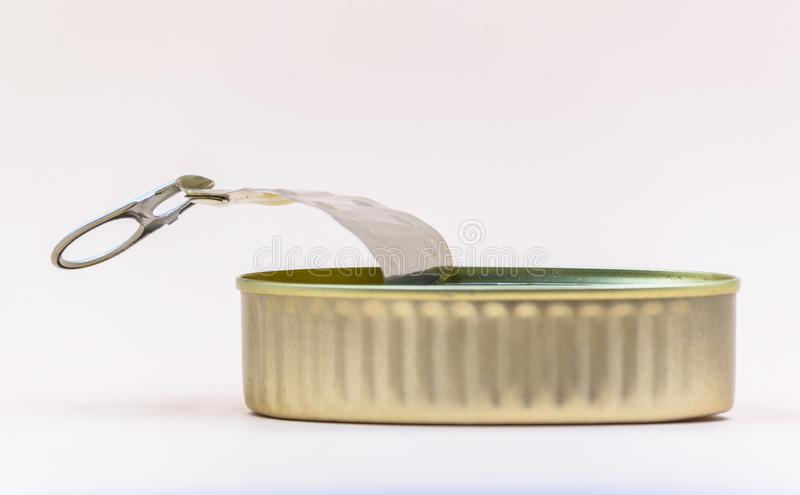 La latta aperta metallica, svuota del contenuto con un colore dell'oro immagine stock