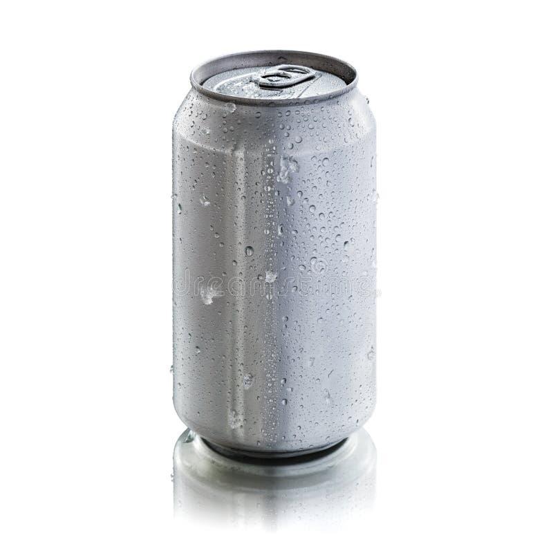 La latta di alluminio con condensazione cade per derisione su immagine stock