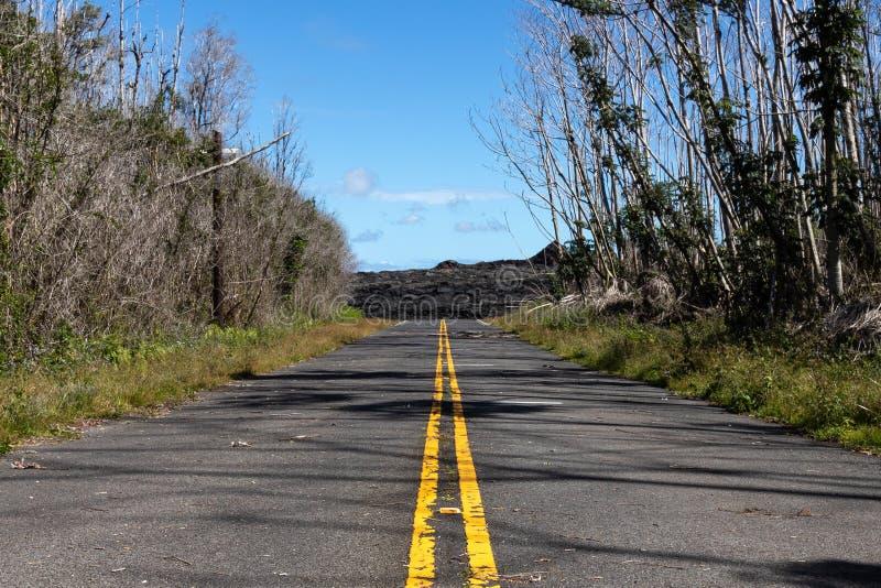 La Lava Fresca De La Erupción De Kilauea De 2018 Cubre La Carretera En Leilani Estates, Gran Isla De Hawaii, Estados Unidos imagen de archivo