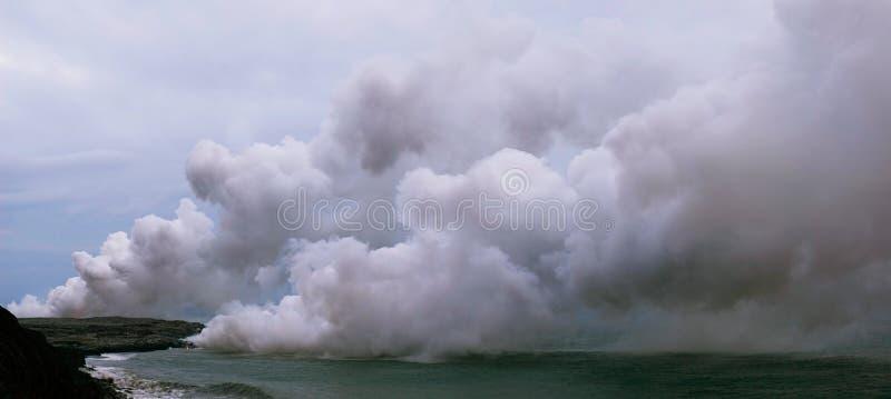 La lava incontra l'oceano immagine stock