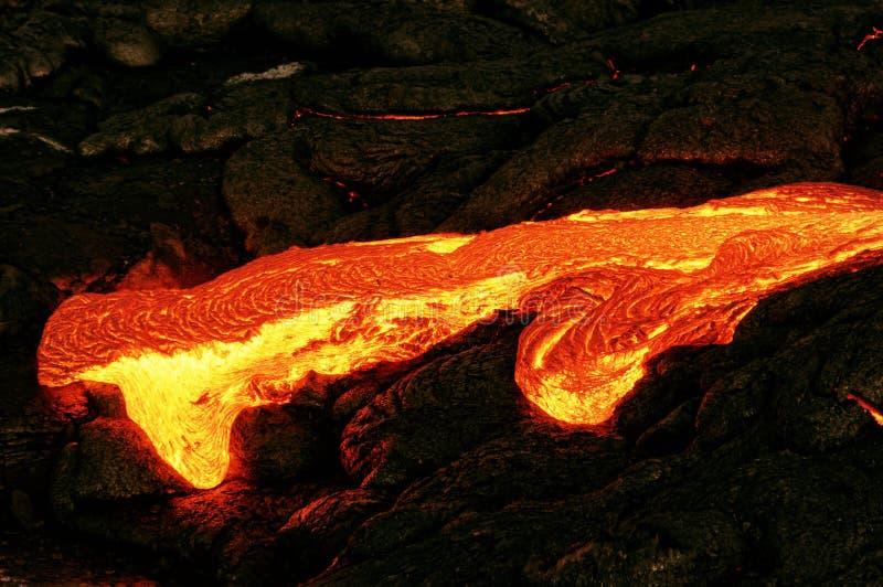La lava que brilla intensamente emerge de una columna de la tierra imagen de archivo libre de regalías
