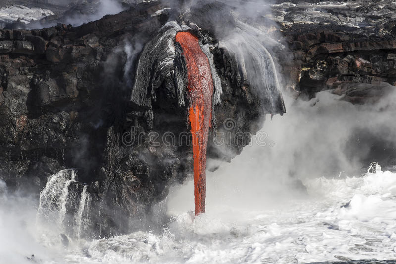 La lava resuelve el océano en Hawaii foto de archivo