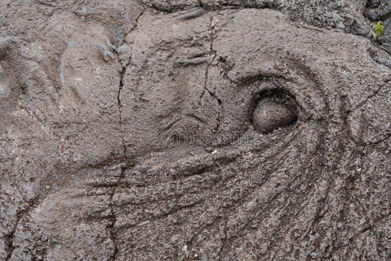 La lava ruvida e solidificata forma un modello che assomiglia ad un occhio fotografia stock libera da diritti