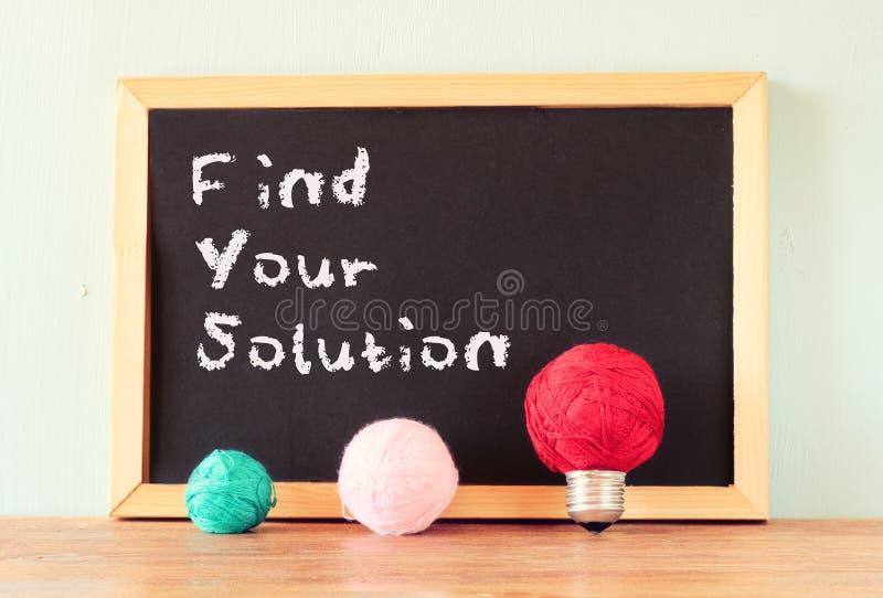 La lavagna con la frase trova la vostra soluzione scritta su  fotografie stock