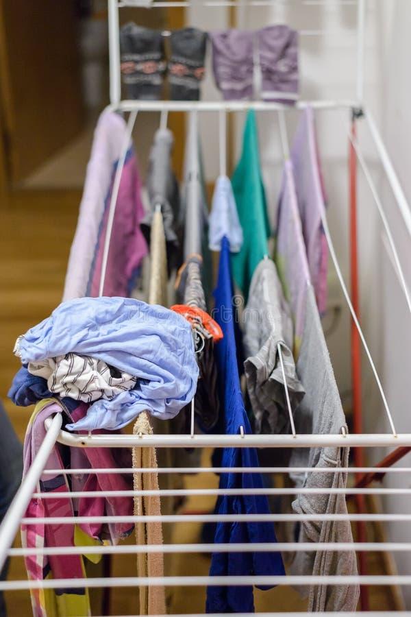La lavanderia è asciugata sull'essiccatore a casa fotografia stock libera da diritti