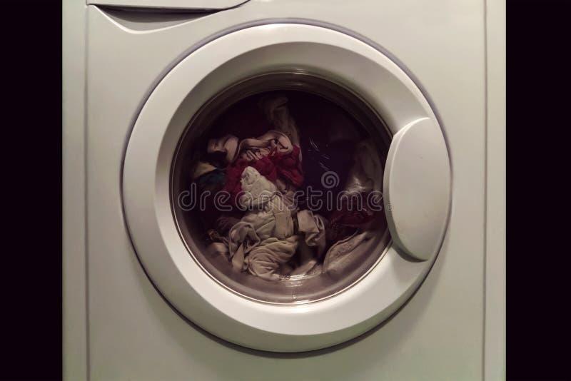 La lavanderia nella lavatrice immagine stock
