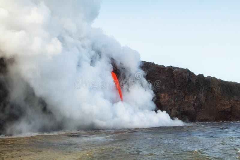 La lave se renverse dans l'océan en Hawaï photos stock