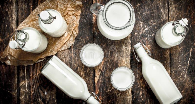 La leche de vaca fresca imágenes de archivo libres de regalías