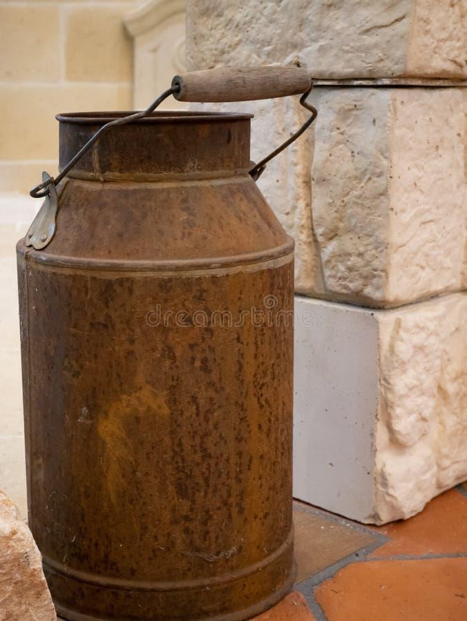 La leche oxidada del viejo vintage del primer puede el tanque en la granja foto de archivo libre de regalías