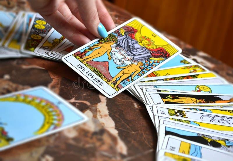 La lectura del tarot carda la carta de tarot de los amantes ilustración del vector