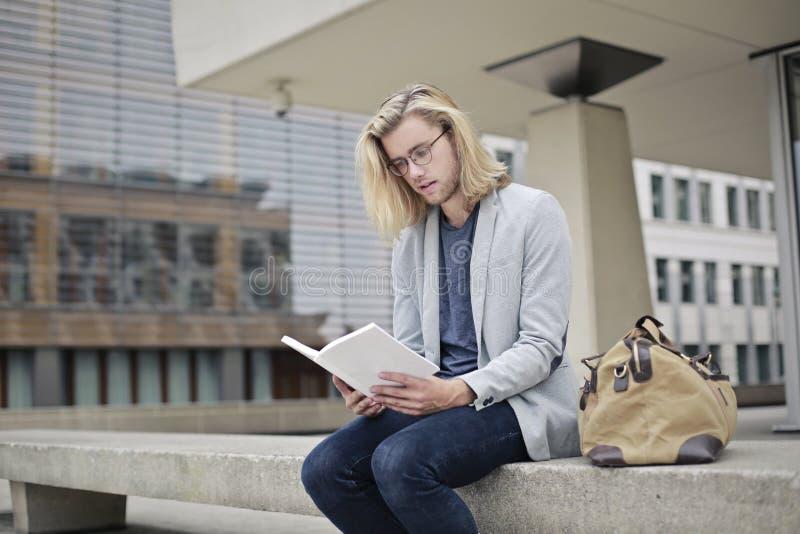 La lectura ensancha su mente imagen de archivo