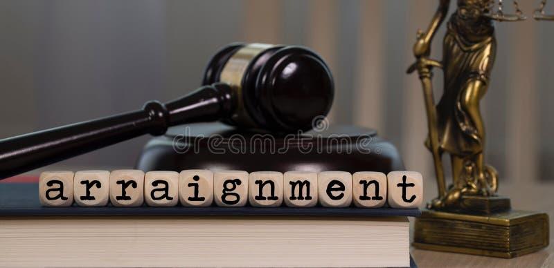 La LECTURE DE L'ACTE D'ACCUSATION de Word composée d'en bois découpe Marteau et statue en bois de Themis à l'arrière-plan photo libre de droits