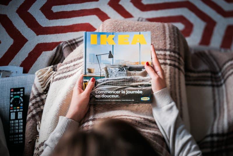 La lecture IKEA cataloguent la femme lue d'en haut image stock