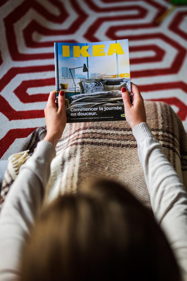 La lecture IKEA cataloguent la femme lue d'en haut images libres de droits