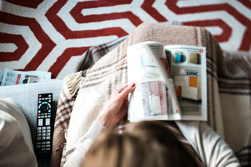 La lecture IKEA cataloguent la femme lue d'en haut photographie stock