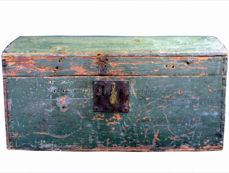 La lengua de madera antigua aislada en pecho o caja de herramientas del surco pintó verde con la cerradura imagenes de archivo