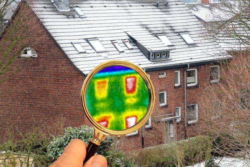 La lente d'ingrandimento mostra l'immagine termica su una casa non isolata fotografie stock libere da diritti