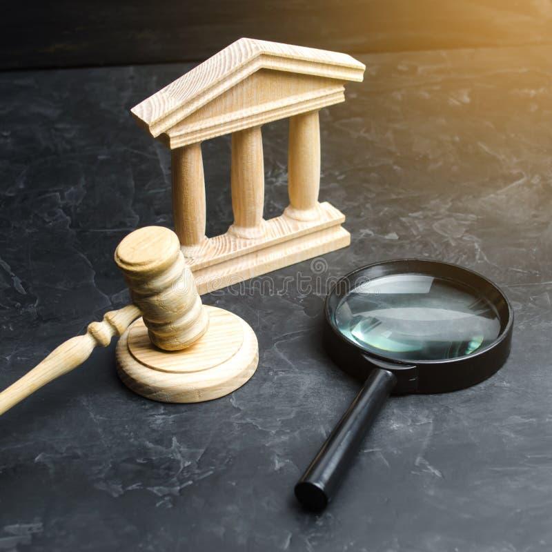 La lente d'ingrandimento si trova vicino al tribunale Cause, verdetto e fatture Corte costituzionale Ostruzione di diritti umani, fotografie stock libere da diritti