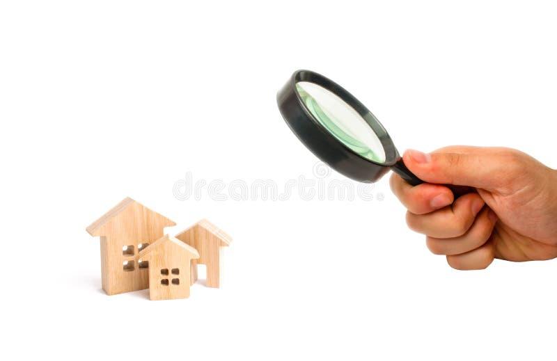 La lente d'ingrandimento sta esaminando le case Città, stabilimento minimalism Per le presentazioni Mercato immobiliare Tre case  fotografie stock