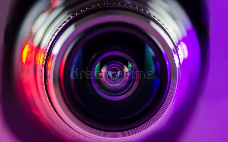 La lente de cámara y la luz - púrpura - rojo foto de archivo