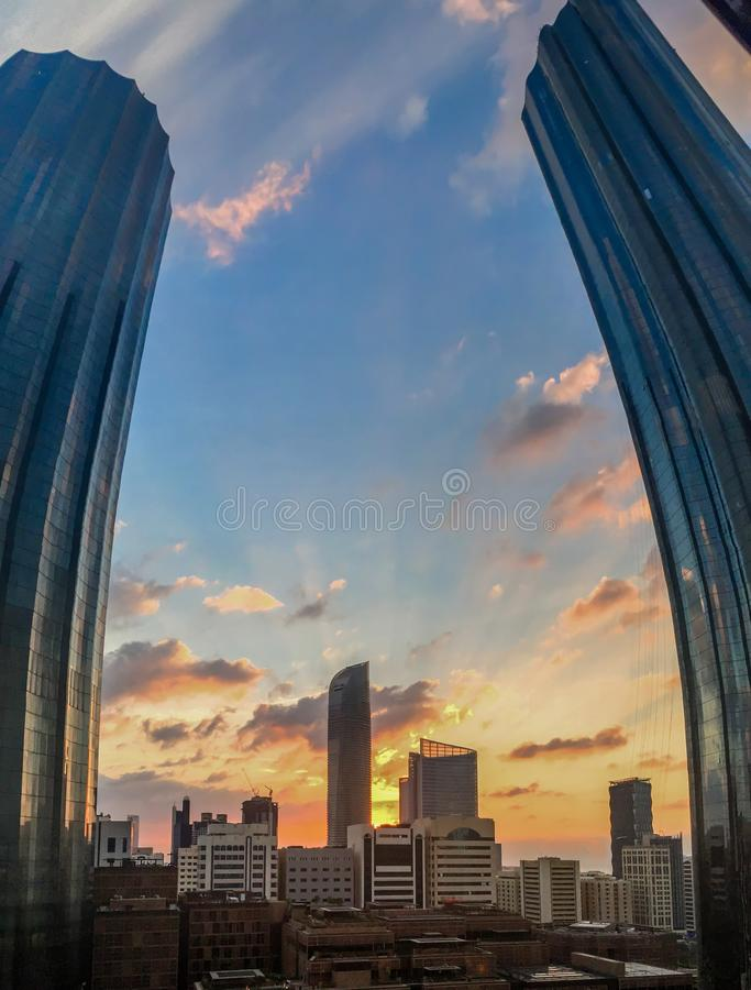 La lentille de fisheye de portrait a tiré du World Trade Center, Sheikh Mohammed Bin Rashid Tower contre un coucher du soleil nua photos stock