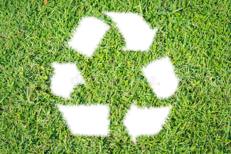 La letra recicla la hierba verde de la muestra aislada fotos de archivo libres de regalías