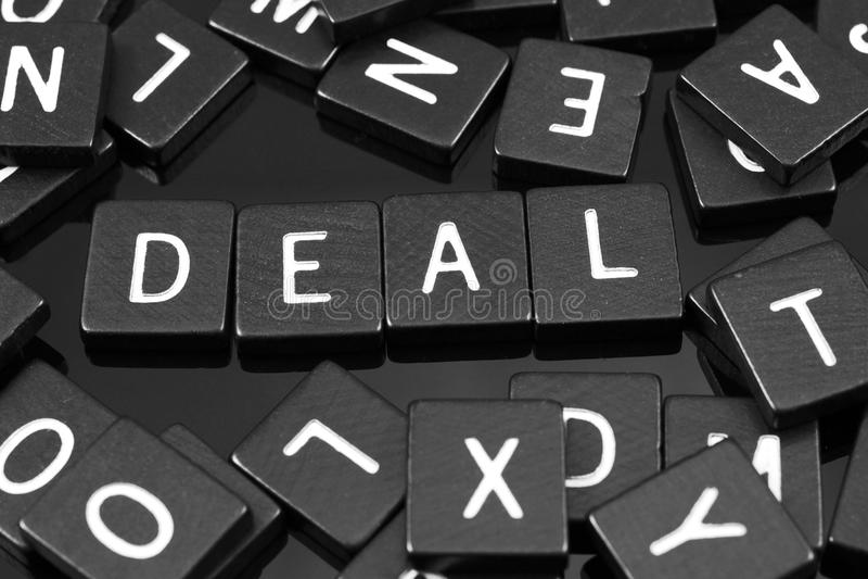 La lettera nera piastrella l'ortografia la parola & del x22; deal& x22; fotografia stock