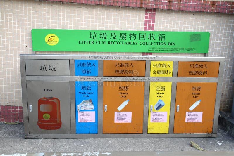 La lettiera con ricicla i recipienti della raccolta in Hong Kong immagine stock