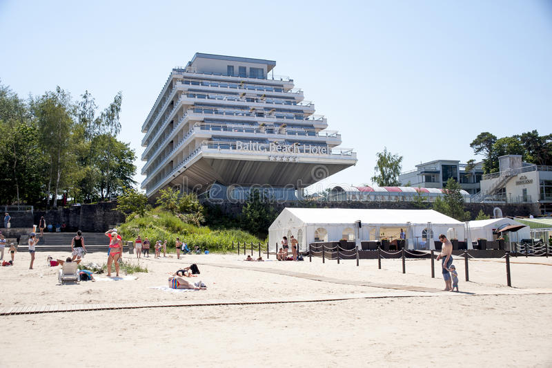 La Lettonia, Jurmala Vista della spiaggia e dell'hotel baltico della spiaggia fotografie stock libere da diritti